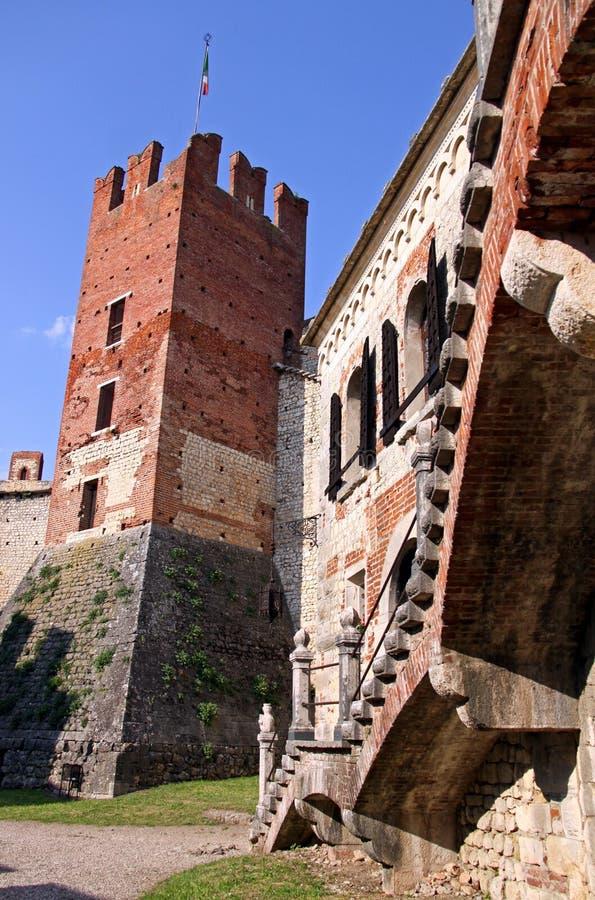 Die verstärkten Wände eines italienischen Schlosses lizenzfreies stockfoto