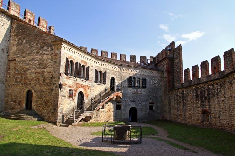 Die verstärkten Wände eines italienischen Schlosses stockbild