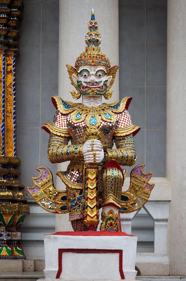 Die Verteidiger ` s Skulptur vor dem thailändischen buddhistischen Kloster stockfotos