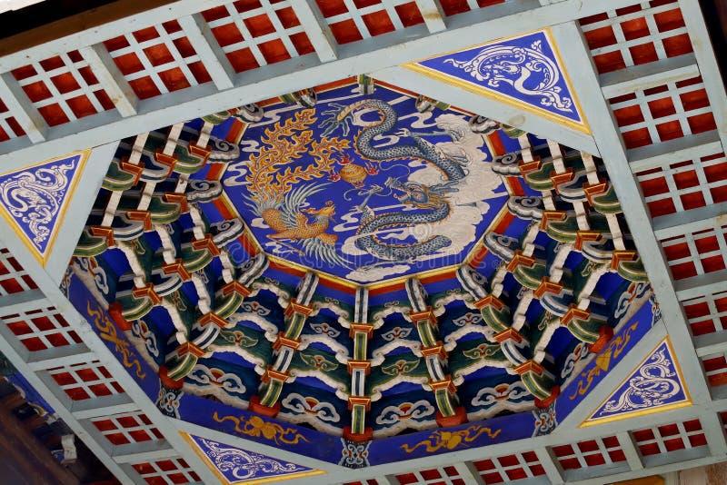 Die verzierte Decke des Tempels des Dorfs von Shaxi Diese Stadt ist vermutlich die intaktste Pferdewohnwagenstadt auf dem Ancie stockbilder