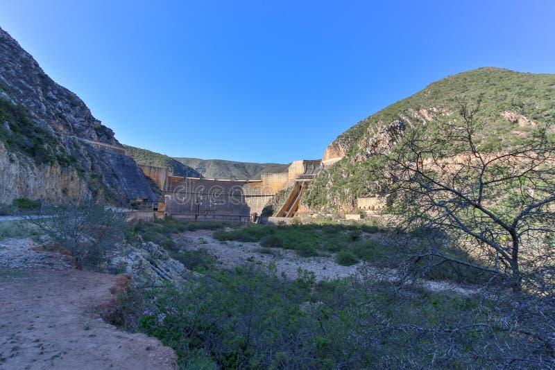 Die voll- Ansicht der Staumauer ohne Wasser lizenzfreie stockfotografie