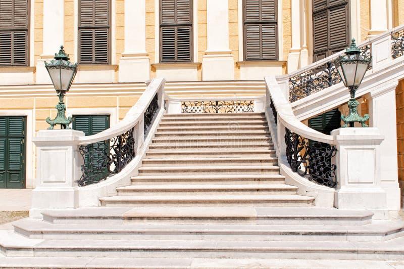 Die Vordertreppe von Schonbrunn-Palast in Wien stockfotografie