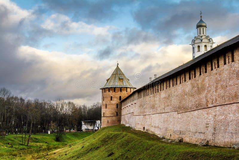 Die Wände und die Türme des Kremls in Veliky Novgorod Russland lizenzfreie stockfotografie