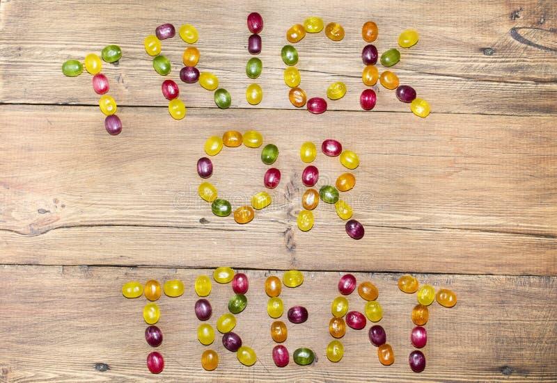 Die Wörter u. das x22; Trick oder treat& x22; von den Süßigkeiten stockfotografie