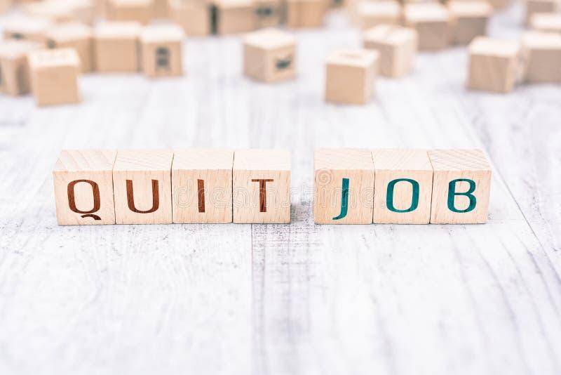 Die Wörter verließen Job Formed By Wooden Blocks auf einer weißen Tabelle, Anzeigen-Konzept lizenzfreies stockfoto