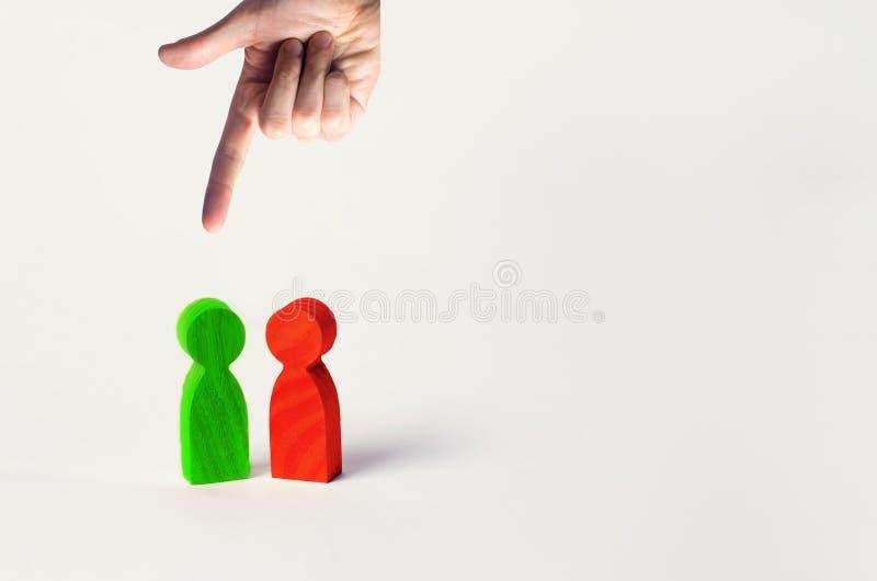 Die Wahl der rechten Person zwischen den zwei, der Suche nach Arbeitskräften und Angestellten, der Reduzierung und der Entlassung lizenzfreies stockbild