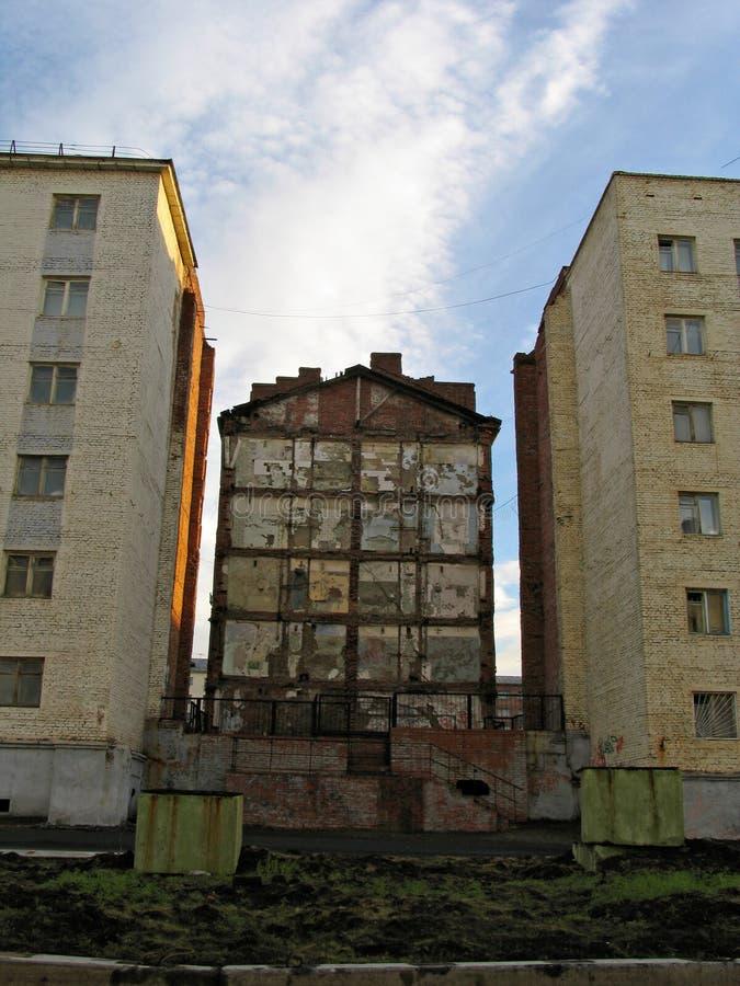 Die Wand des ruinösen Gebäudes stockfotografie