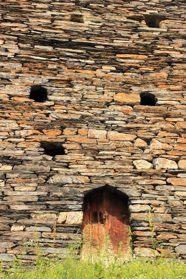 Die Wand des Turms in Dartlo-Dorf Tusheti-Region (Georgia) lizenzfreie stockbilder