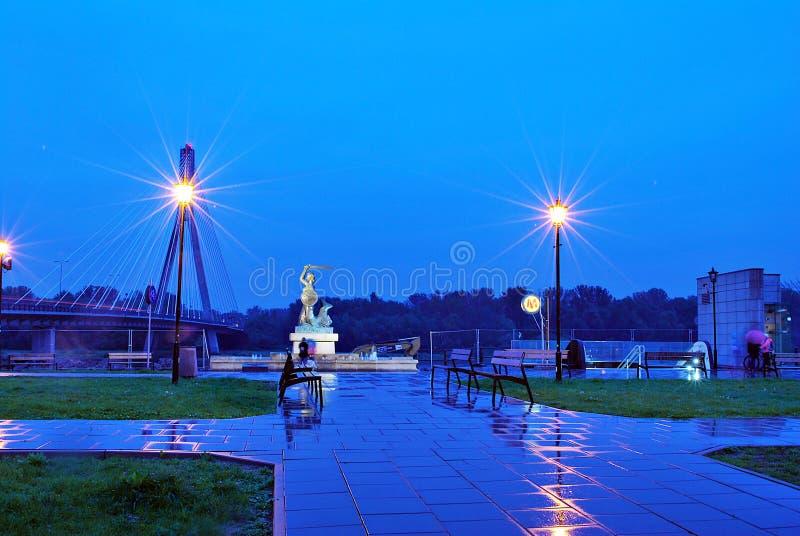 Die Warschau-Meerjungfrau nahe Brücke Swietokrzyski über der Weichsel stockbild