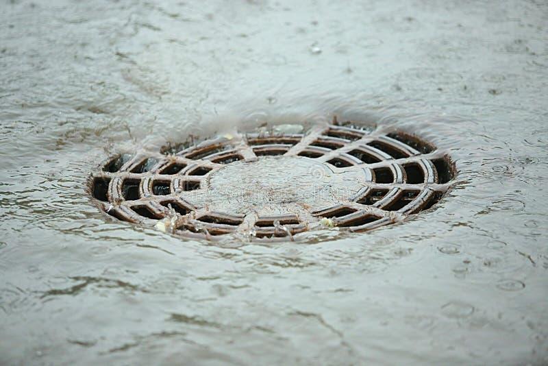 Die Wasserführung nach Regen stockbild