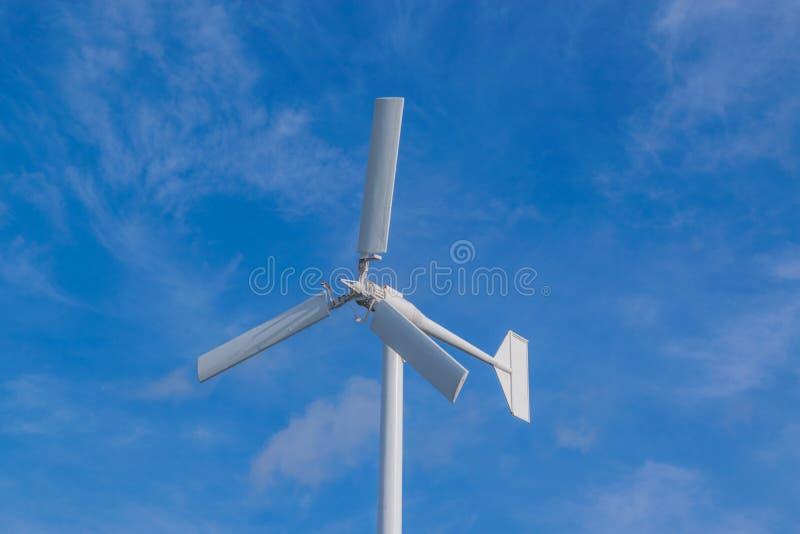 Die weiße Farbwindkraftanlage stockfotografie