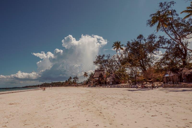 Die weißen Sande von Uroa setzen, Uroa-Bucht, Sansibar, Tansania auf den Strand lizenzfreies stockfoto
