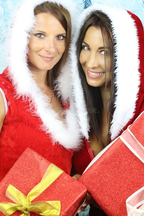 Die Weihnachtsjahreszeit - zwei schöne Mädchen stockfotos