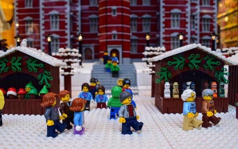 Die Weihnachtszeit in der lego Stadt lizenzfreie stockbilder