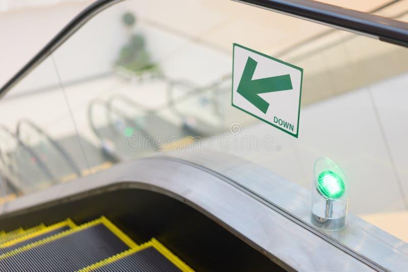 Die Weise unten der Rolltreppe lizenzfreie stockbilder