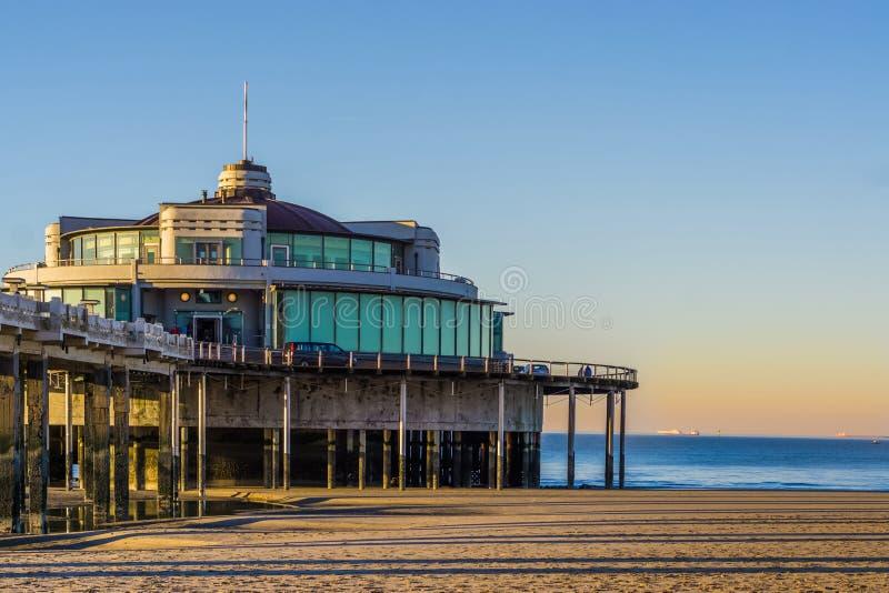 Die weithin bekannte Pieranlegestelle von Blankenberge, Belgien, touristisches Urlaubsort, belgischer Strand mit schönem und bunt stockfotos