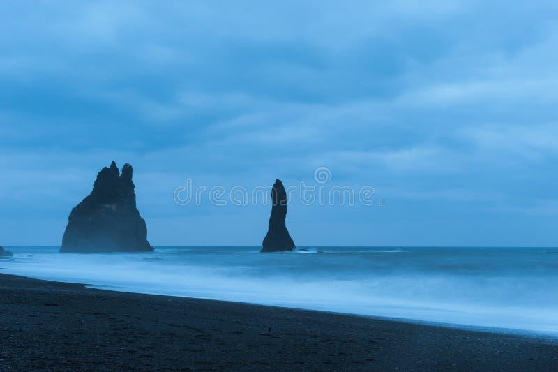 Die Welle schlug das Ufer des schwarzen Sandes, Süd-Island lizenzfreie stockfotografie