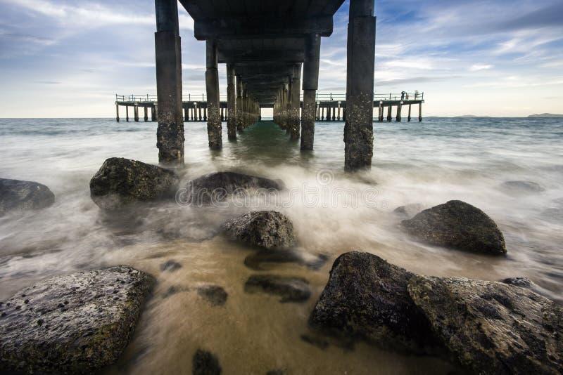 Die Welle unter dem Pier lizenzfreie stockbilder