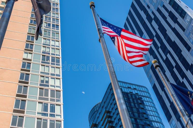 Die Wellen der amerikanischen Flagge im Wind, unter Wolkenkratzern in im Stadtzentrum gelegenem Brooklyn, NY, USA lizenzfreie stockfotos