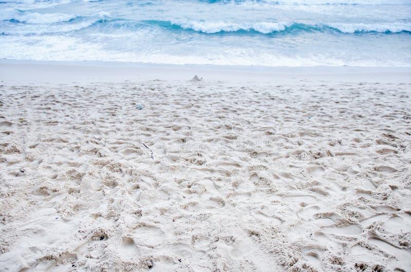 Die Wellen peitschen weißen Sand lizenzfreie stockbilder