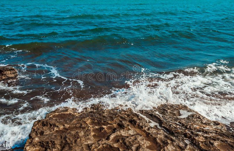 Die Wellenbrecher auf dem Felsen stockbilder