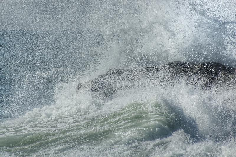 Die Wellenbrecher in den Felsen stockfotos