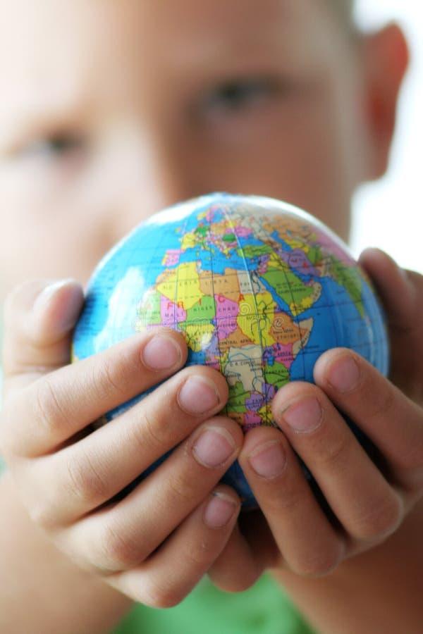 Die Welt in den Kindhänden stockfotos