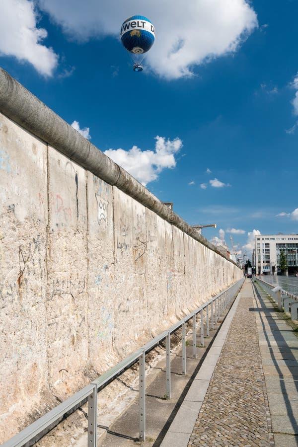 Die Welt-Hallo-Fliegerballon steigt über Berlin Wall lizenzfreie stockfotos