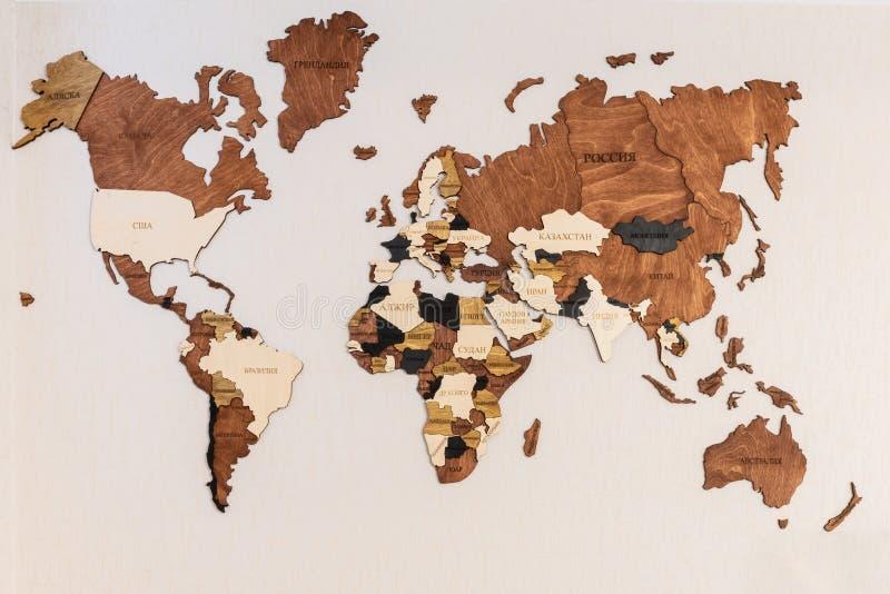 Die Weltkarte von Erde Kontinente auf einem hölzernen Baumring zeigend maserte Hintergrund auf Weiß lizenzfreie stockbilder