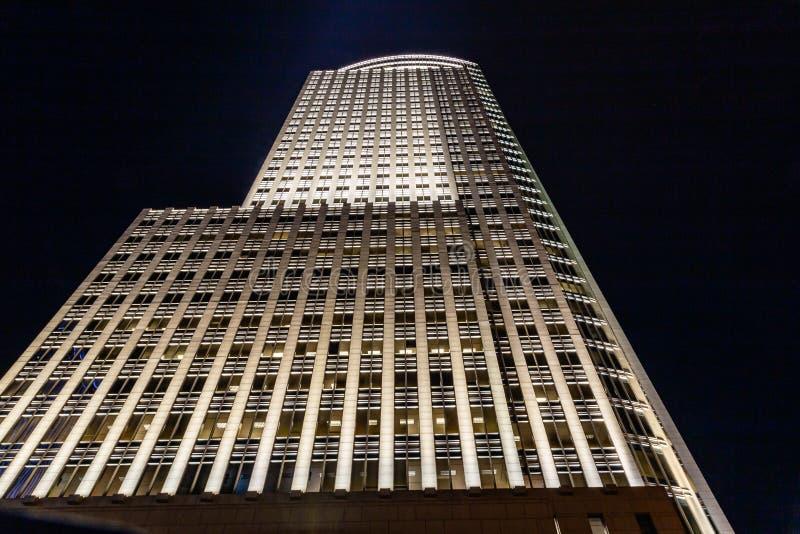 Die Wiedergabe des Entwurfs eines hohen Aufstiegsgebäudes nachts stockfotografie