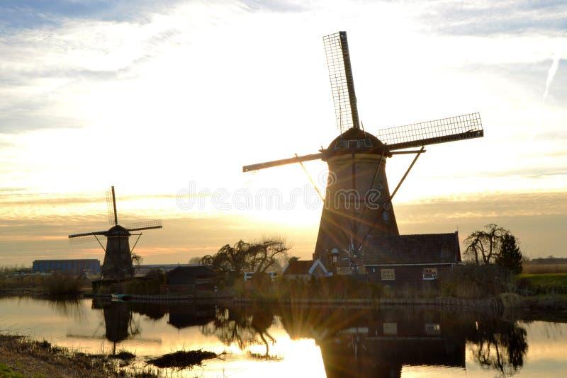 Die Windmühlen-Niederlande-Sonnenuntergang stockbild