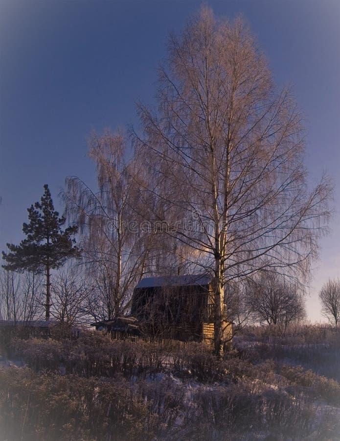 Die Winter ` s Geschichte Haus auf dem Hügel bei Sonnenuntergang an einem Winternachmittag lizenzfreies stockbild