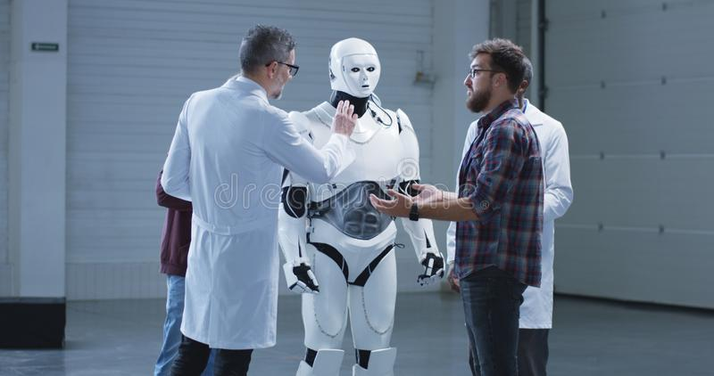 Die Wissenschaftlerpr?fung humanoid Roboter ?bergeben Bewegung lizenzfreie stockbilder