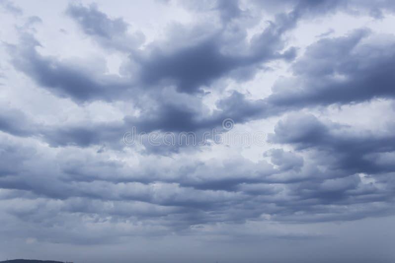 Die Wolken pr?ft Filtersonnenlichter lizenzfreies stockfoto