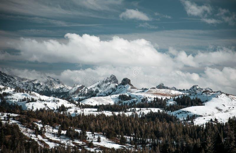 Die Wolken umfassen die Spitzen, die über die Sierra Strecke nahe Kirkwood steigen lizenzfreies stockbild