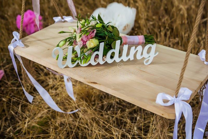 Die Wort Hochzeit und der Brautblumenstrauß stockfotos