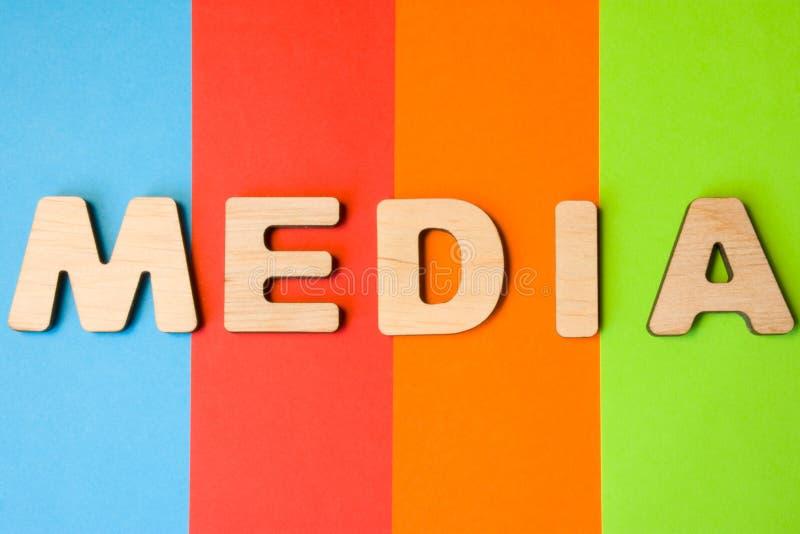 Die Wort-Medien, die aus Buchstaben 3D bestehen, sind im Hintergrund von 4 Farben: blau, rot, Orange und Grün Konzept von Medien  stockbild