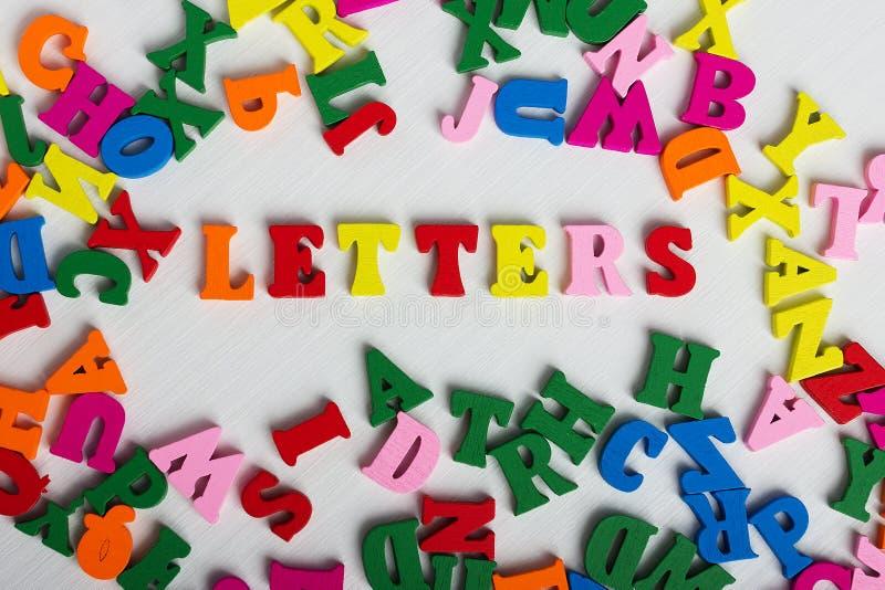 Die Wortbuchstaben von den bunten hölzernen Buchstaben stockfotografie