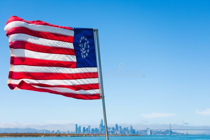 Die Yacht der Vereinigten Staaten mit einem versteinerten Anker in einem Kreis von dreizehn Sternen im Kanton, der wunderbar im W lizenzfreies stockbild