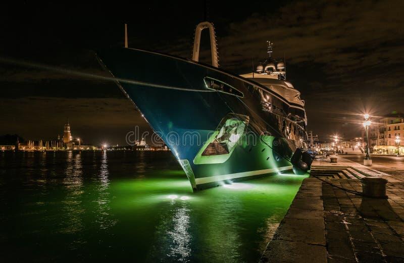 Die Yacht am Liegeplatz in Venedig lizenzfreie stockfotografie
