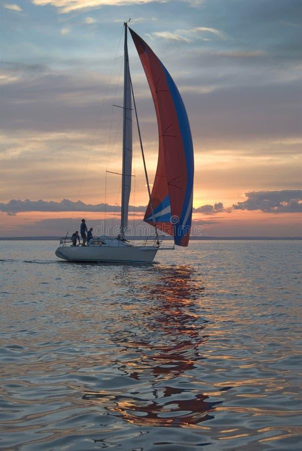 Die Yacht nimmt an den Konkurrenzen im Segeln teil lizenzfreie stockbilder