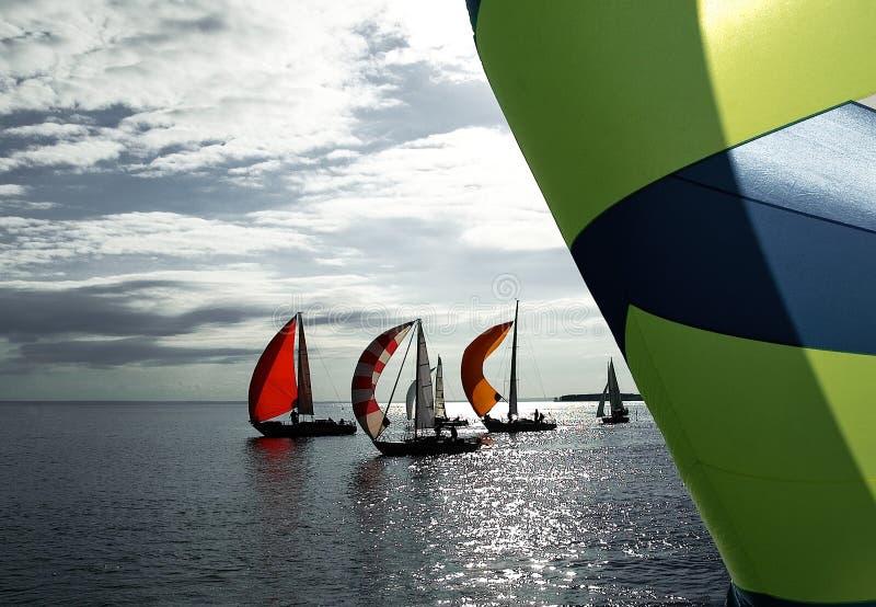 Die Yacht nimmt an den Wettbewerben teil lizenzfreie stockfotos