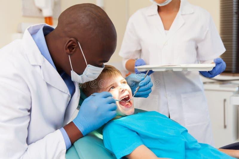 Die Zähne des Untersuchungspatienten des Zahnarztes stockfotos