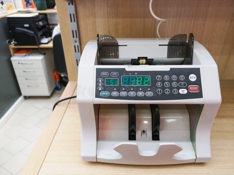 Die Z?hlungsmaschine z?hlt viele Rechnungen f?r hundert amerikanische Dollar einer neuen Probe Die Z?hlung des Geldes Das Konzept lizenzfreies stockfoto