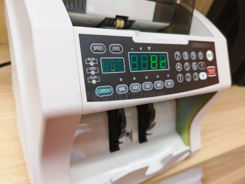 Die Z?hlungsmaschine z?hlt viele Rechnungen f?r hundert amerikanische Dollar einer neuen Probe Die Z?hlung des Geldes Das Konzept stockbilder