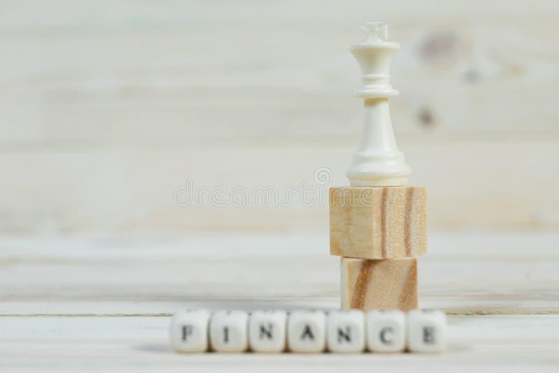 Die Zahl des Königs des Schachs und der Wortfinanzierung stockfoto