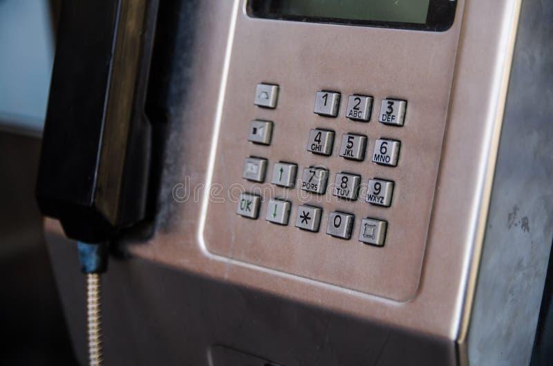 Die Zahlauflage an einem Metallöffentlichkeitsmünztelefon lizenzfreies stockfoto