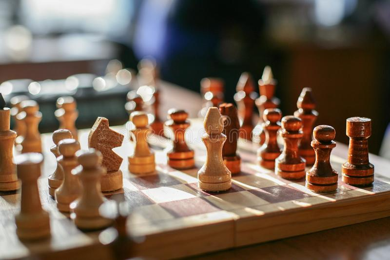 Die Zahlen werden auf ein Schachbrett gesetzt Anfang des Spiels lizenzfreies stockfoto