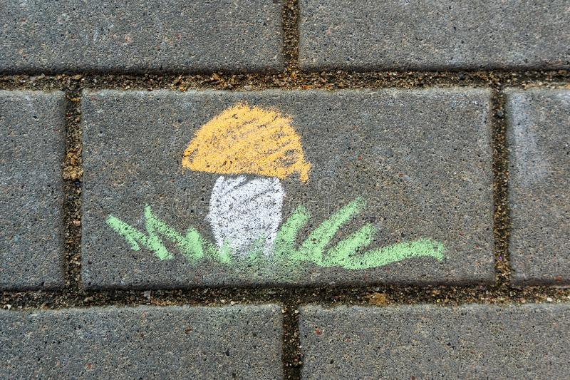 Die Zeichnung der Kinder mit Kreide auf Asphalt lizenzfreie abbildung