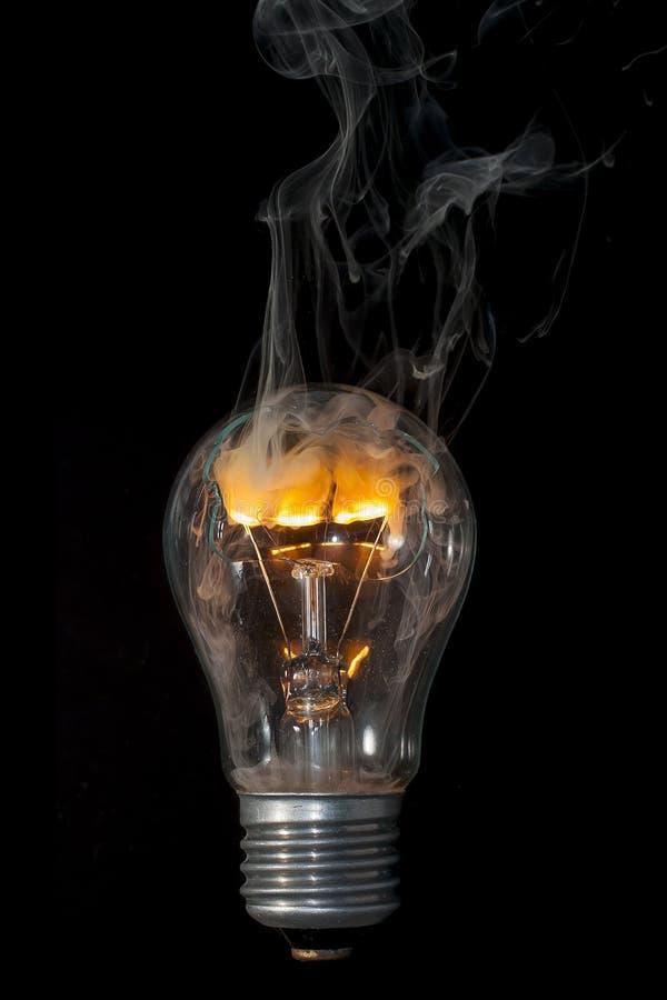 """Die Zeit der Verbrennung gebrochenen elektrischen Lampe ÐœÐ-¾ Ð ¼ Ð?Ð ½ Ñ 'Ñ  Ð ³ Ð ¾ раР½ Ð¸Ñ  Ñ  Ð"""" Ð?ÐºÑ ¹ Ð ¾ кР Ð?Ñ stockbilder"""